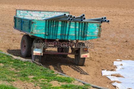 traktoranhaenger mit bewaesserungsrohren
