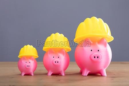 zunehmende rosa sparschweine mit gelbem hartem