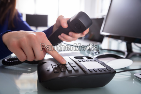 geschäftsmann, der, telefonnummer, wählt, um, einen, telefonanruf, zu - 24561720