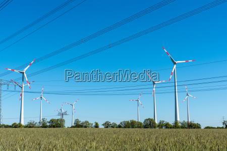 windenergieanlagen und hochspannungsleitungen in deutschland