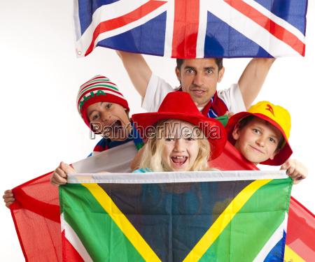 fussballfans verschiedene flaggen