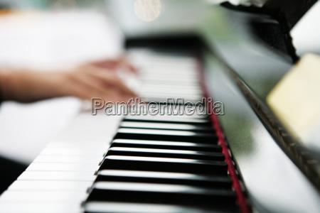 hande auf einer klaviertastatur