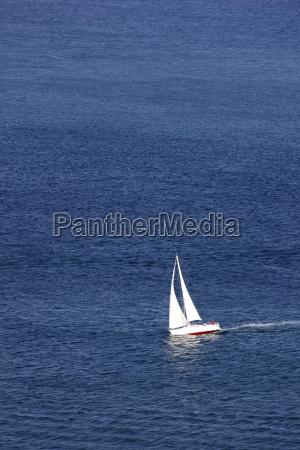 segelyacht segelboot auf dem meer