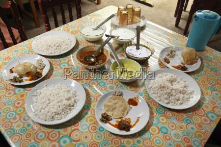 gedeckter tisch in einfachem restaurant