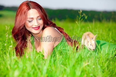 schoenes maedchen mit kaninchen