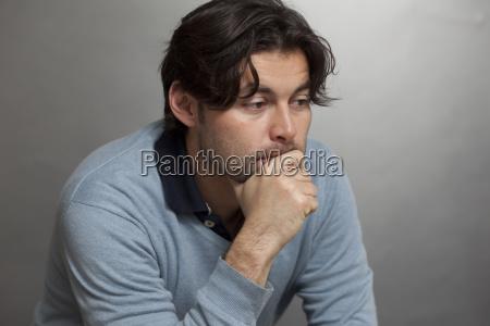 nachdenklicher mann trauer depression