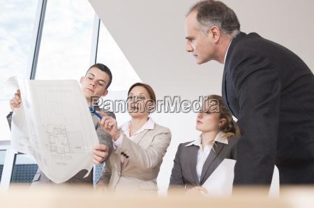 team von vier architekten bespricht einen