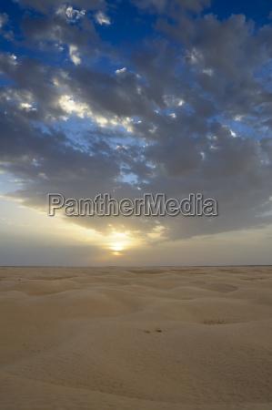 wolkenhimmel uber der sahara bei douz