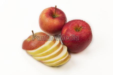 zwei ganze aepfel und apfelscheiben