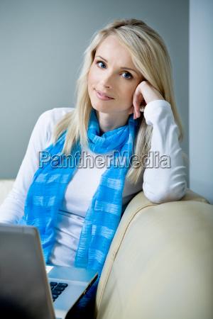 eine junge frau mit einem laptop