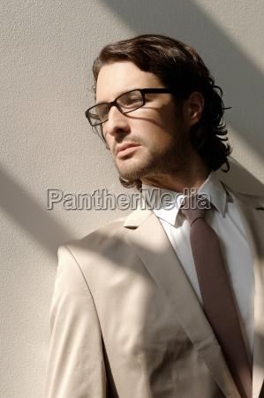 modeaufnahme eines mannes mit brille und