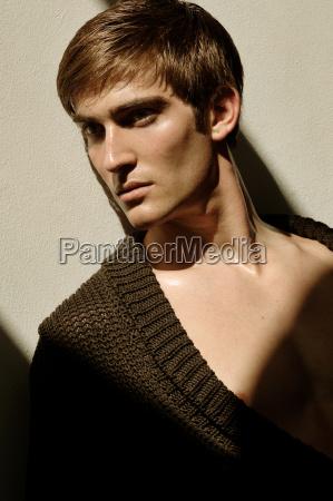 portrait eines jungen mannes im sonnenlicht