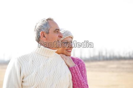 seniorenpaar schaut zufrieden in die ferne