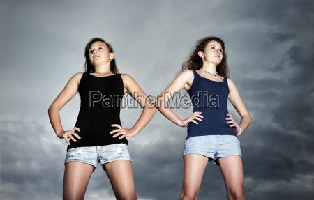 zwei madchen teenager stehen selbstbewusst
