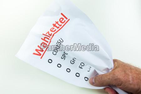 zerknullter wahlzettel symbolbild nichtwahler