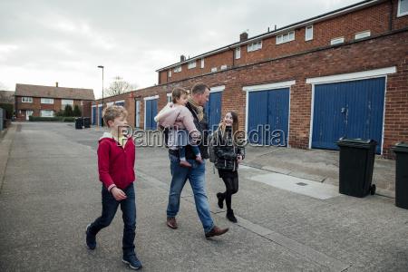 walking home von der schule gemeinsam