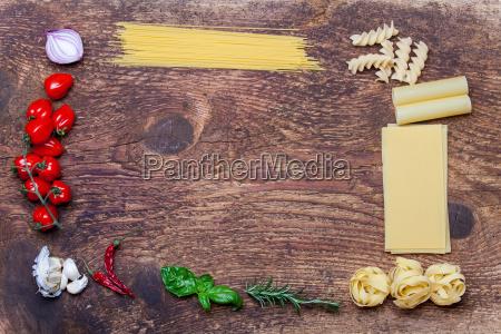 rahmen aus pasta und zutaten auf