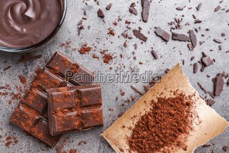 koestliche schokolade auf einem rustikalen hintergrund