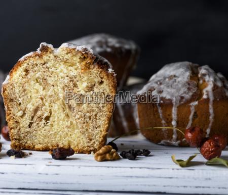 gebackener osterkuchen mit weisser zitronenglasur
