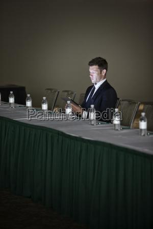 buero konferenzraum maenner mann moebel maennlich