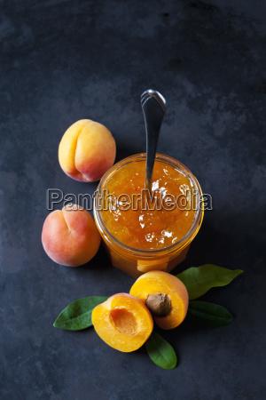 glas aprikosen marmelade und aprikosen auf
