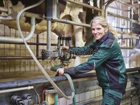 portraet des laechelnden weiblichen landwirts im