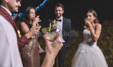 glueckliche freunde trinken cocktails auf einem