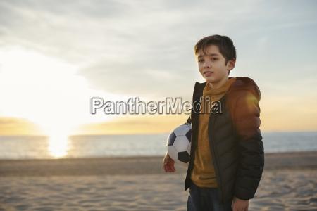 portraet eines jungen der bei sonnenuntergang