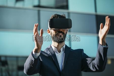 geschaeftsmann mit virtual reality brille vor