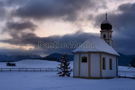fahrt reisen kirche baum winter kalt