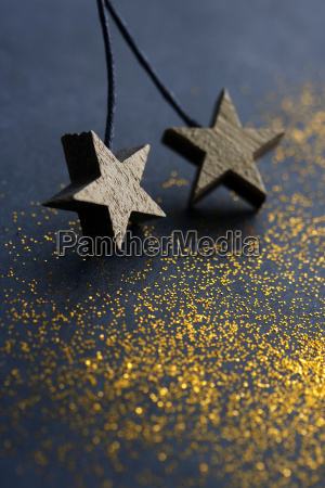 holzsterne auf dunklem hintergrund mit goldenem