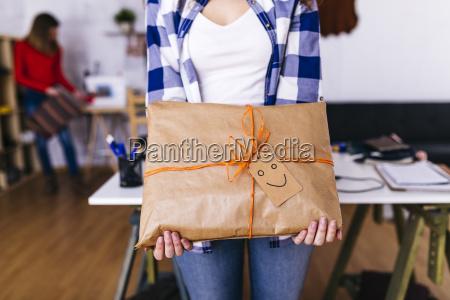 nahaufnahme von modedesignern die ein verpacktes