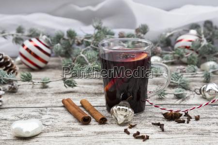gluehwein und weihnachtsdekoration