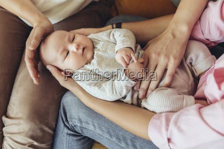 hebamme und mutter geben neugeborenen eine