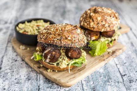 falafel burger mit tabbouleh