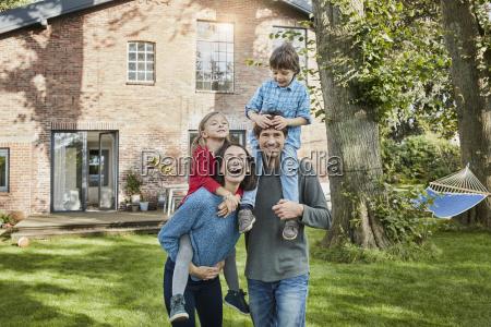 portraet der gluecklichen familie im garten