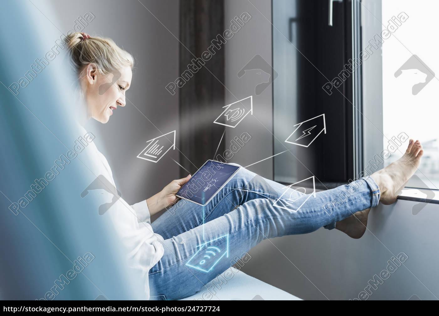 frau, im, büro, sitzen, mit, digitalen, tablet, um - 24727724