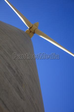 niedrigwinkelansicht einer windkraftanlage