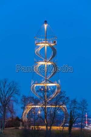 deutschland stuttgart beleuchtete killesbergturm zur blauen