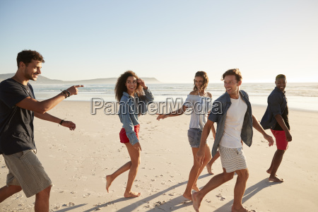 gruppe der freunde am strand entlang