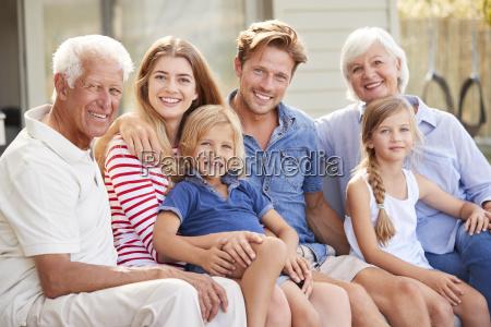 portraet der multi generationen familie die