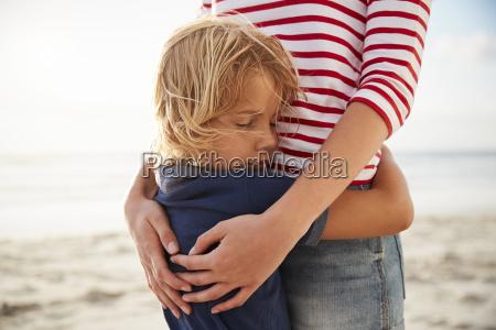 in der naehe von mutter hugging