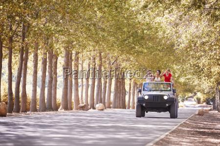 freunde fahren auf einer leeren strasse