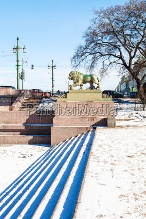 statue of guard lion near palace