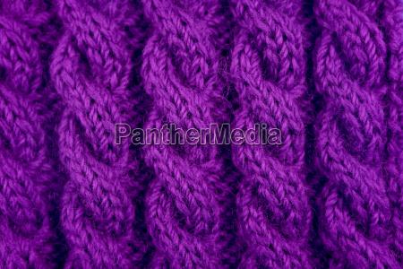 detail aus lila kabelstrickstich