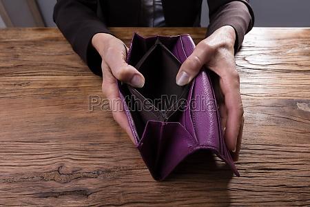 businessperson holding leere geldboerse