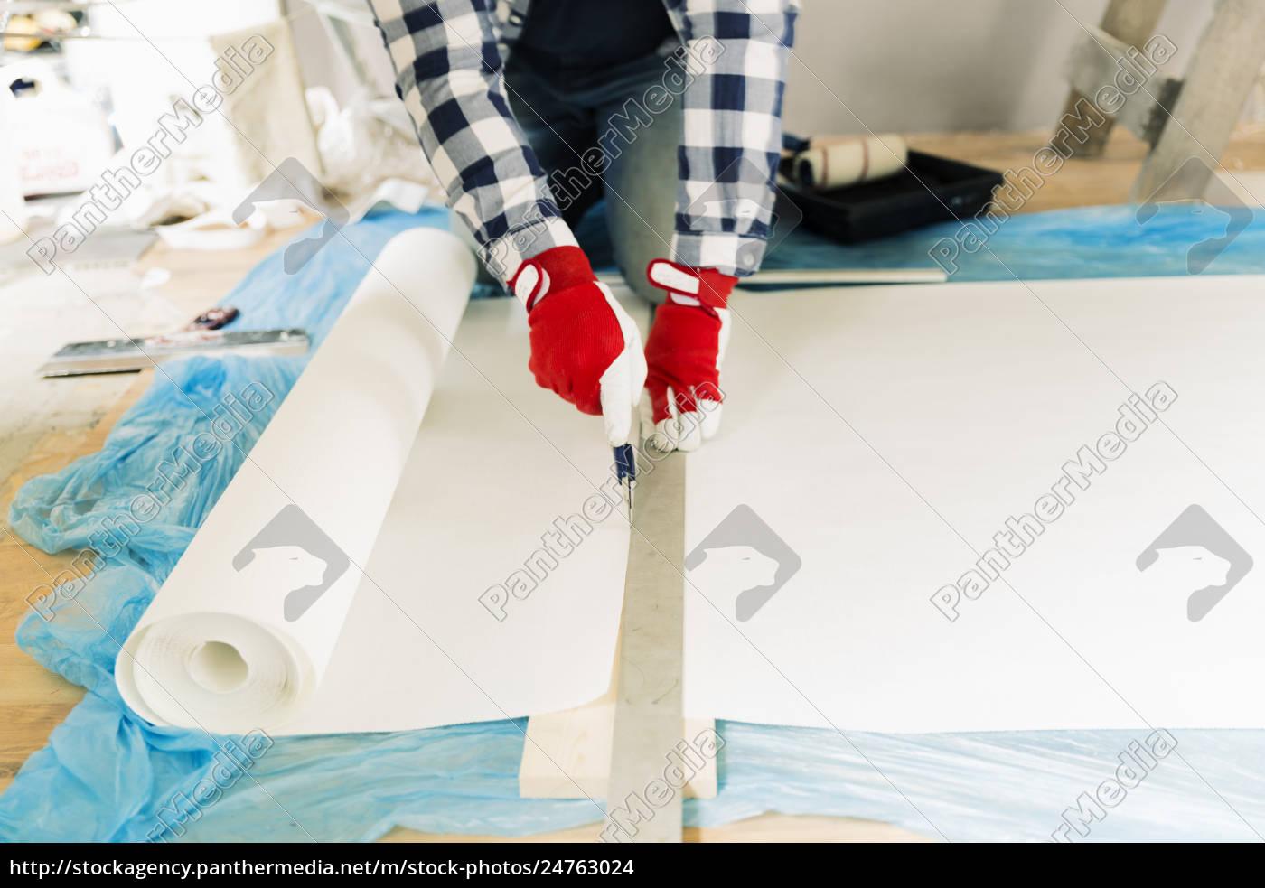 handwerker, arbeiter, messen, tapete, zu, schneiden., hausrenovierung - 24763024