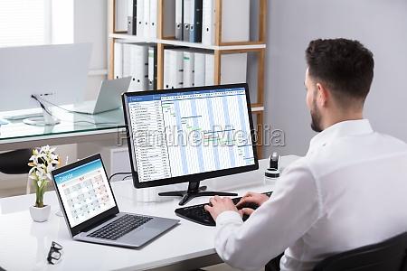 geschaeftsmann analysiert gantt diagramm auf computer