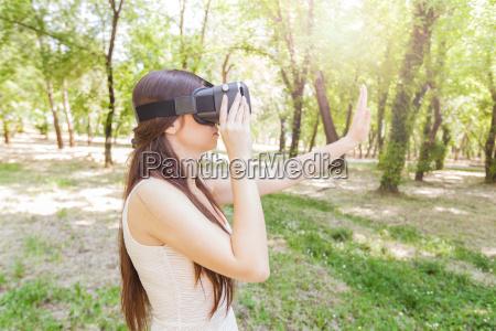 frau traegt virtual reality brille