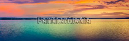 sonnenuntergang ueber dem see erstaunliche panoramalandschaft